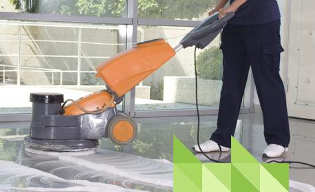 Persooneelslid van Schoonmaakbedrijf Amsterdam Boen groen maakt schoon